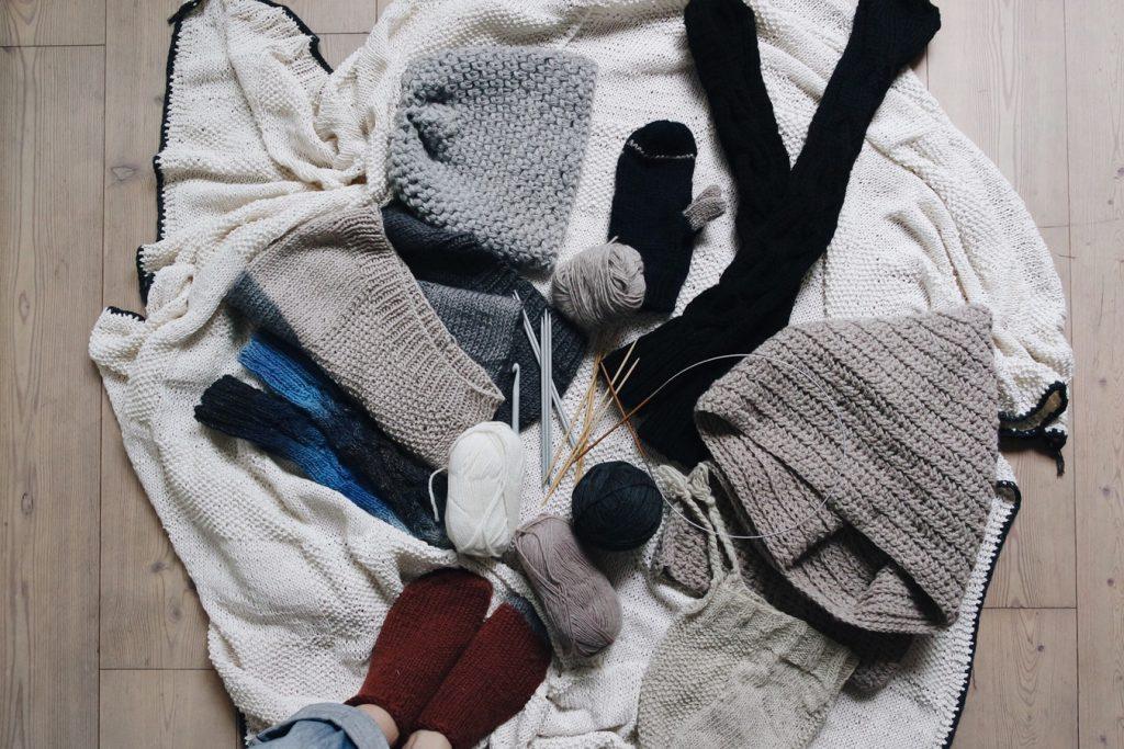 Tas de vêtements en laine tricotés à la main